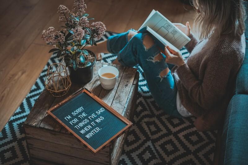 chica-leyendo-madera