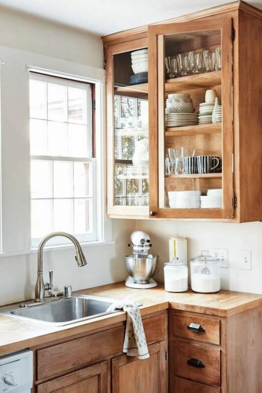 cocina de madera con iluminación natural